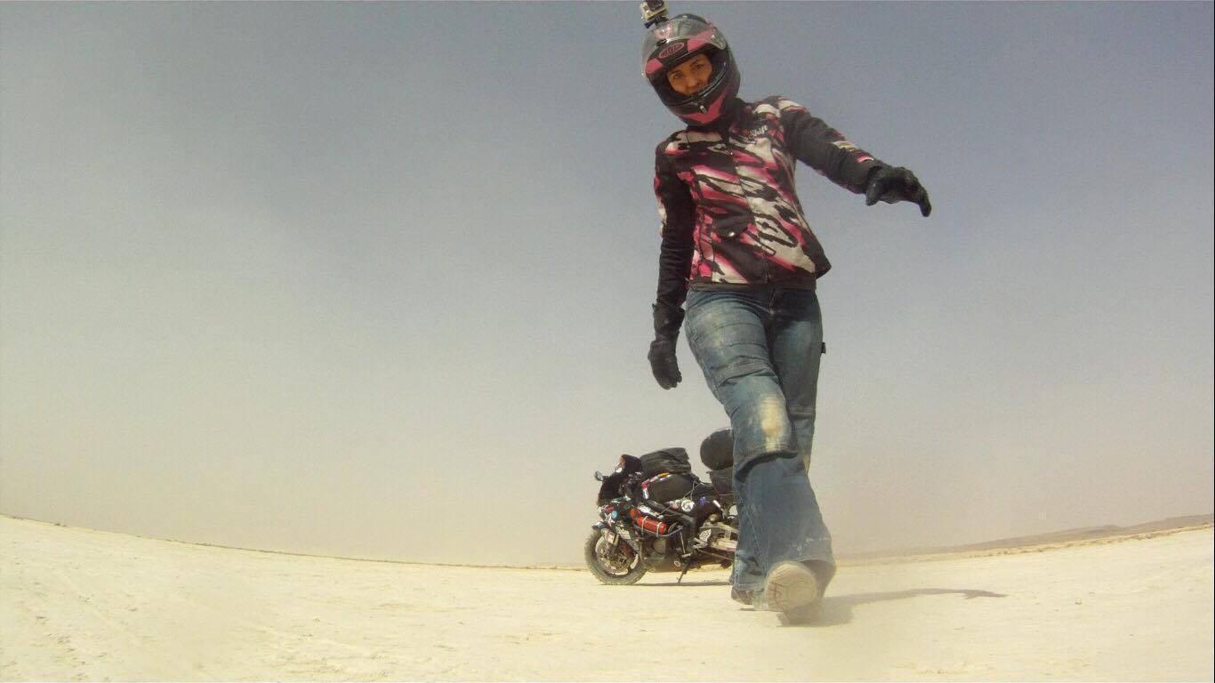 Запознајте ја девојката која патува низ светот со мотоцикл