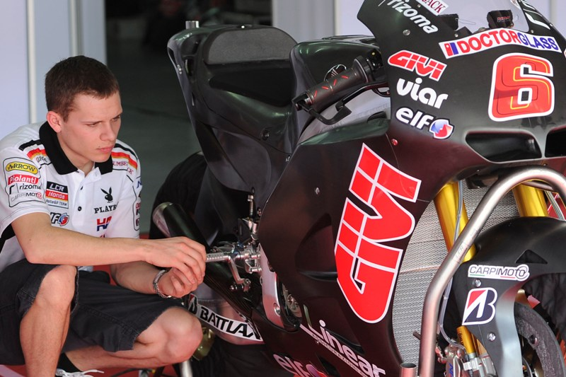 2012_Bradl_Pit_Garage_Day_One_Sepang_01